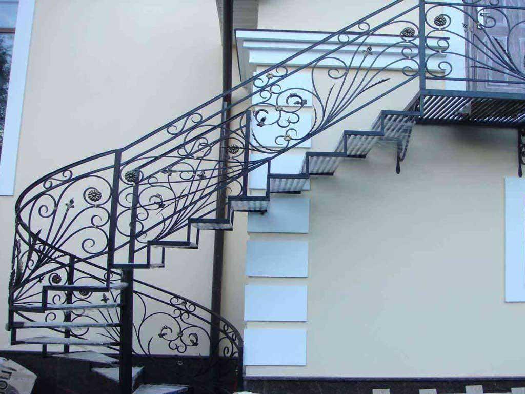 Лестница из кованой стали